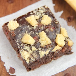 fudgy-strawberry-shortbread-brownies_a